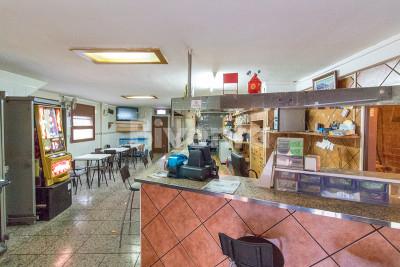 Edificio con negocio de bar-cafetería