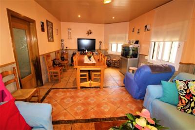 Casa con 2 viviendas, terraza y garaje