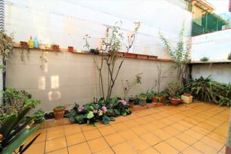 Unifamiliar con dos viviendas, terraza y porche